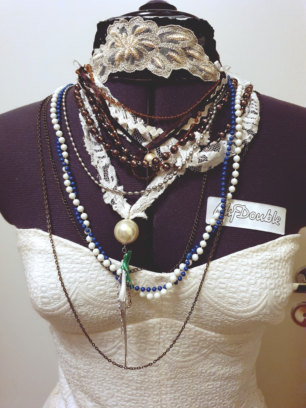 Rikkinäiset korut ja helmet yhteen